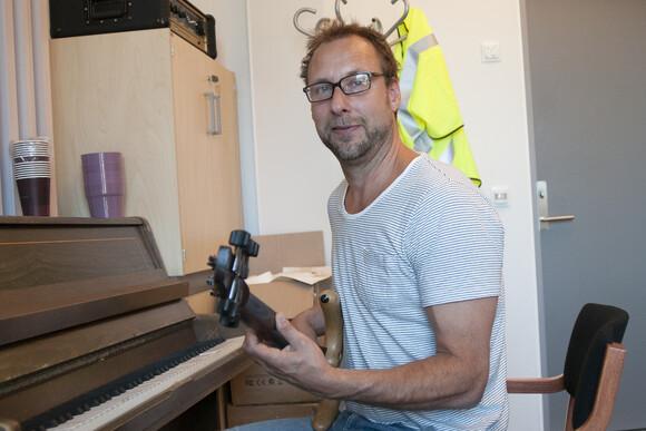 Boo Fredrik Sahlander med sin elbass