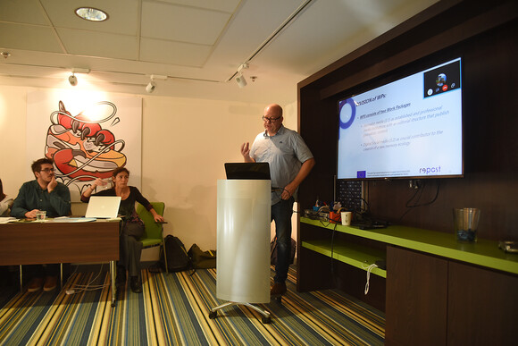 Kenneth Andresen presenterer arbeidet, foto