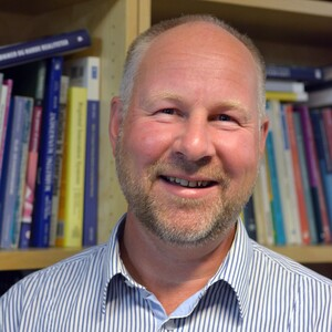 "Torbjørn Bjorvatn disputerer for ph.d.-graden på doktorgradsprogrammet ved Handelshøyskolen ved UiA onsdag 26. september 2018 med avhandlingen «The influence of the international business context and complexity on team-level outcomes"" - om språk- og kulturbarrierer i internasjonale prosjektgrupper."