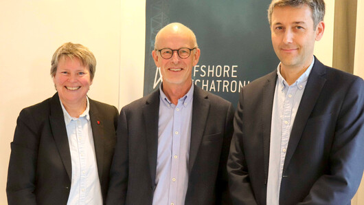 SFI Offshore Mechatronics get praise and a green light from The Research Council of Norway. They can now keep the project going into the second and last phase of the project period to 2023. In the picture Seunn Smith-Tønnesen, University Director at UiA, Leif Haukom, chairman in the SFI and Geir Hovland, Center Director of the SFI.