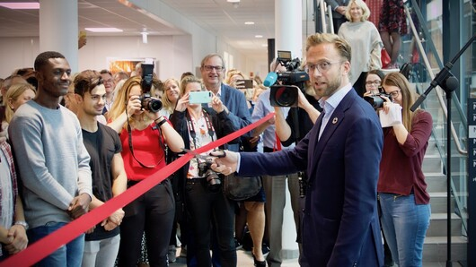Minister of Digitalisation Nikolai Astrup cut the ribbon at the opening of I4Health in Grimstad.