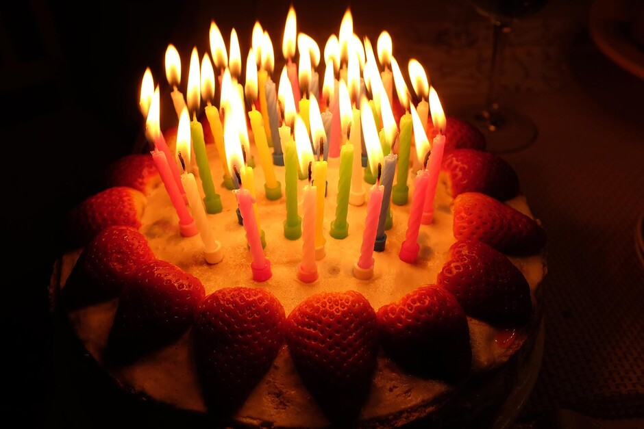 Strawberry cake with candles (Illustration: COLOURBOX)