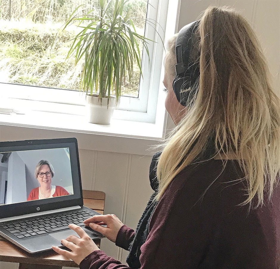 Many students at UiA have been studying like this in the last weeks. In this photo, Kristine Sommerstad Molstad is following a lecture by Assistant Professor Astrid Haugestad. UiA is now asking all students to evaluate how they have experienced digital teaching. (Photo: Private)
