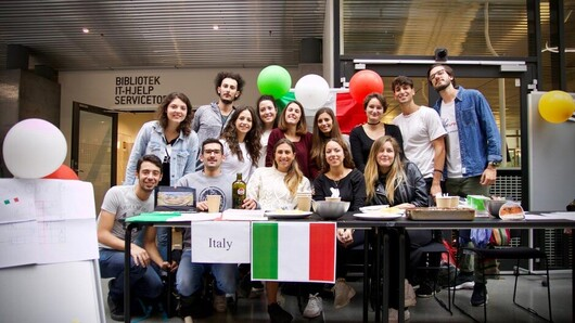 There will be no International Day in the autumn. Here, Italian exchange students present their country in the Global Lounge on Campus Kristiansand. (Stock Photo 2018: Walter Norman Wehus)
