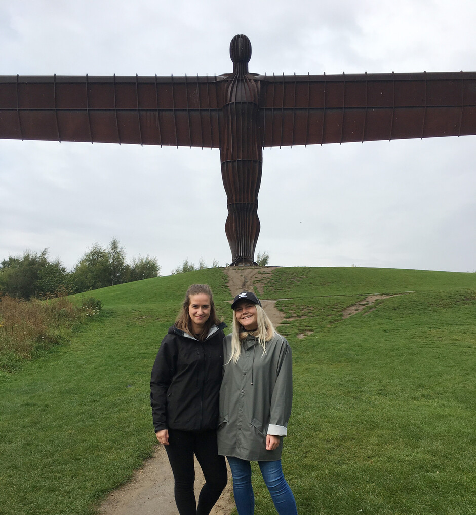 Guro Huso og medstudent Oda Grindahl ved Angel of the North utenfor Newcastle (foto)