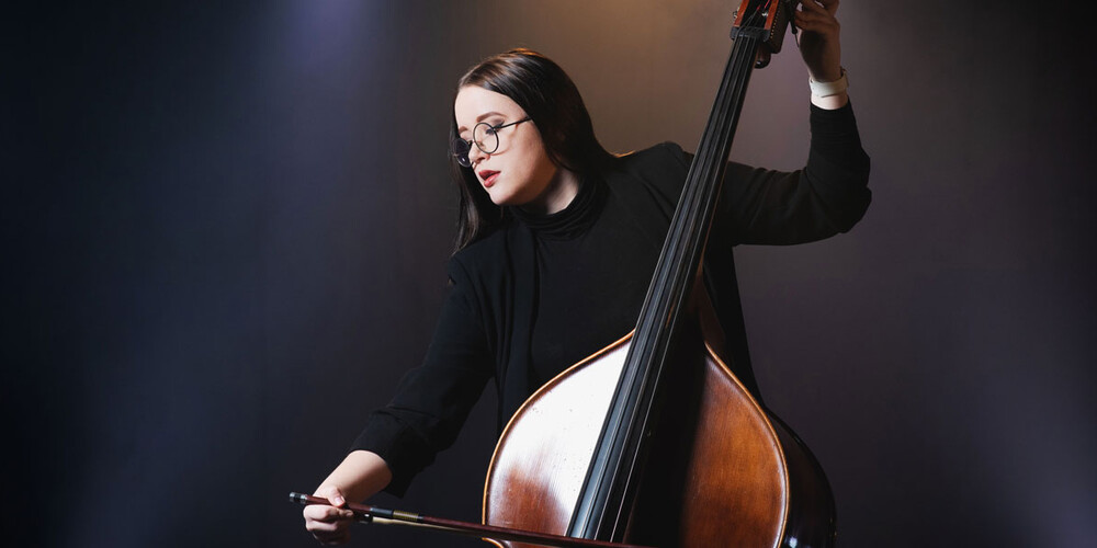 Student spiller cello (foto)