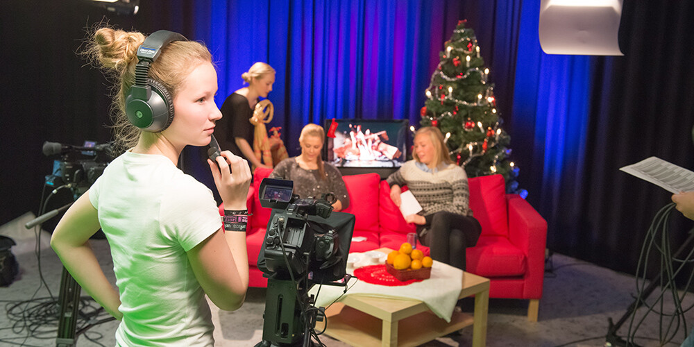 Studenter filmer i studio.